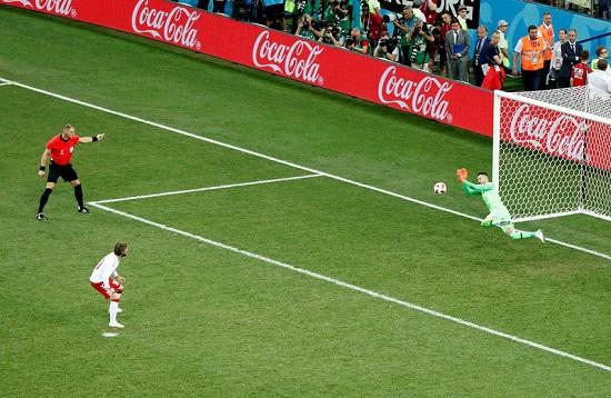 Thủ môn Croatia xuất sắc cản phá trên chấm phạt đền.